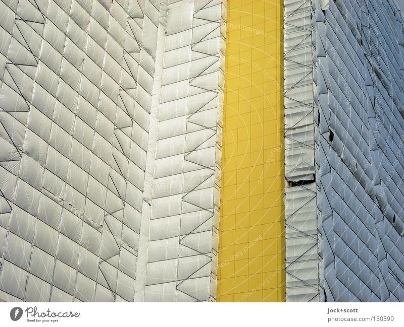 Schutz und Trutz durch Baugerüst Arbeit & Erwerbstätigkeit Baustelle Marzahn Gebäude Fassade Linie bauen hoch modern viele Stimmung Einsamkeit