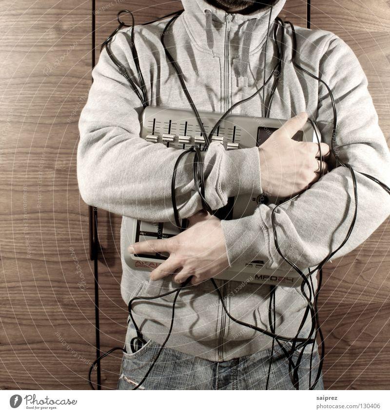 wire up (2) Mann Musik Holz Jeanshose Technik & Technologie Kabel berühren festhalten Diskjockey Kapuze Schrank Maserung Regler Kabelsalat