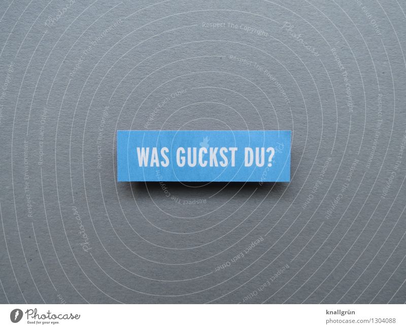 WAS GUCKST DU? Schriftzeichen Schilder & Markierungen Kommunizieren eckig blau grau weiß Gefühle Stimmung Blick Fragen Farbfoto Studioaufnahme Menschenleer