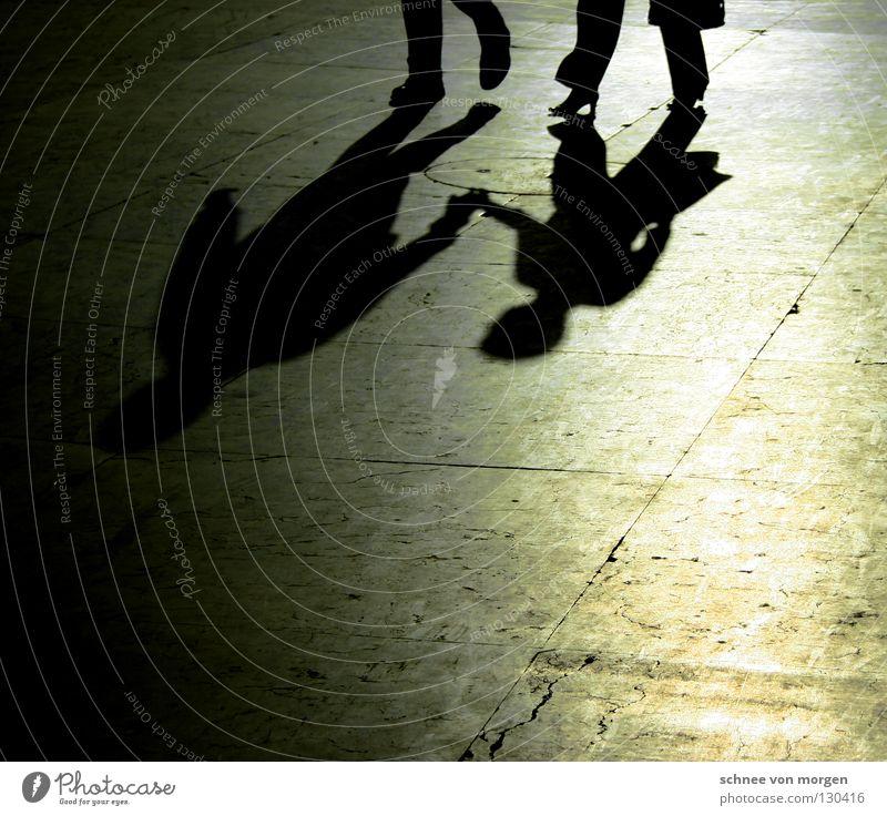 beziehungsszenerie Mensch Hand weiß Sonne schwarz ruhig Liebe Straße dunkel Wärme Wege & Pfade Glück Paar hell 2 Zusammensein