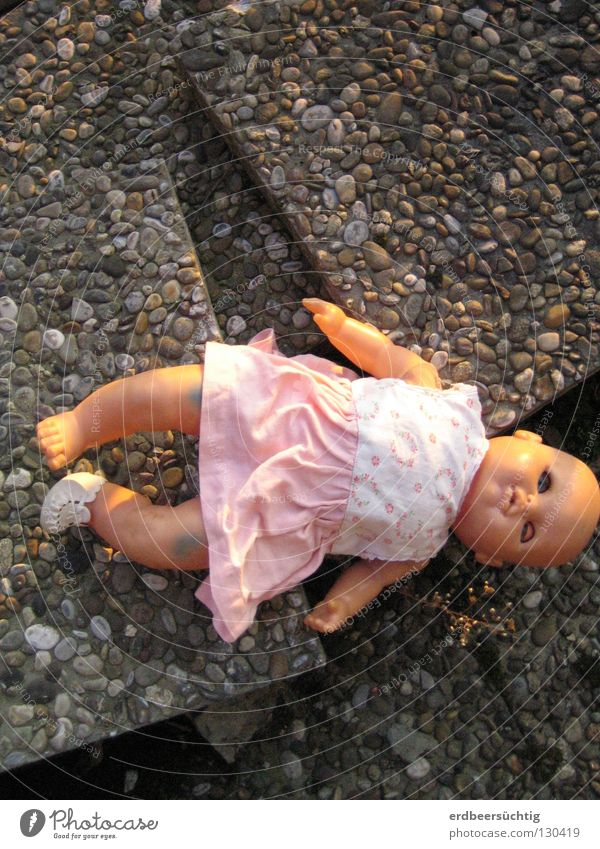 Lost childhood alt Traurigkeit Suche Zeit Trauer kaputt Kleid Vergänglichkeit Spielzeug Kindheit Puppe vergangen verloren früher unschuldig