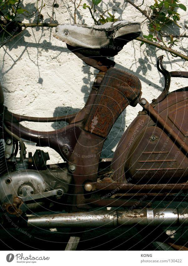 feuerstuhl hinsetzen Sitzgelegenheit Kleinmotorrad Fahrzeug Motorrad Auspuff Blech Eisen Rost Patina kaputt vergessen veraltet vergangen Chrom Rose Verkehr