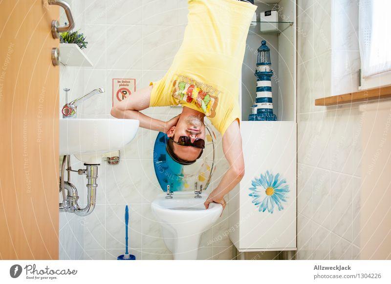 Bitte nicht im stehen Pinkeln! Lifestyle sportlich Leben Bad maskulin Junger Mann Jugendliche Erwachsene 1 Mensch 30-45 Jahre T-Shirt Sonnenbrille festhalten