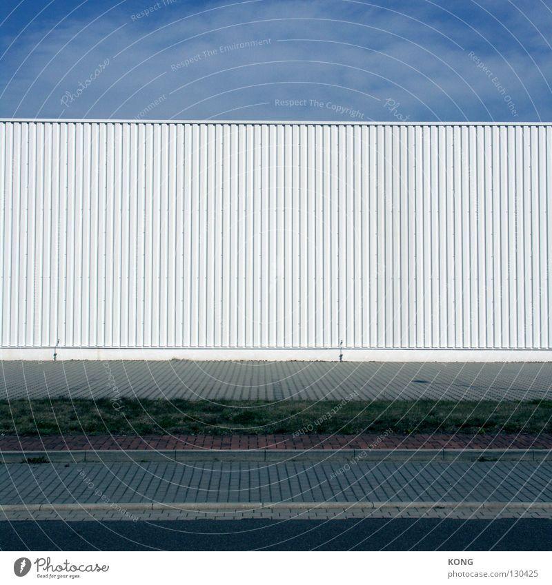 gesichtslos dezent Wellblech Fassade weiß Gebäude Möbelkaufhaus Baumarkt Gewerbe Gewerbegebiet Bürgersteig wellig Ordnung Strukturen & Formen leer ohne