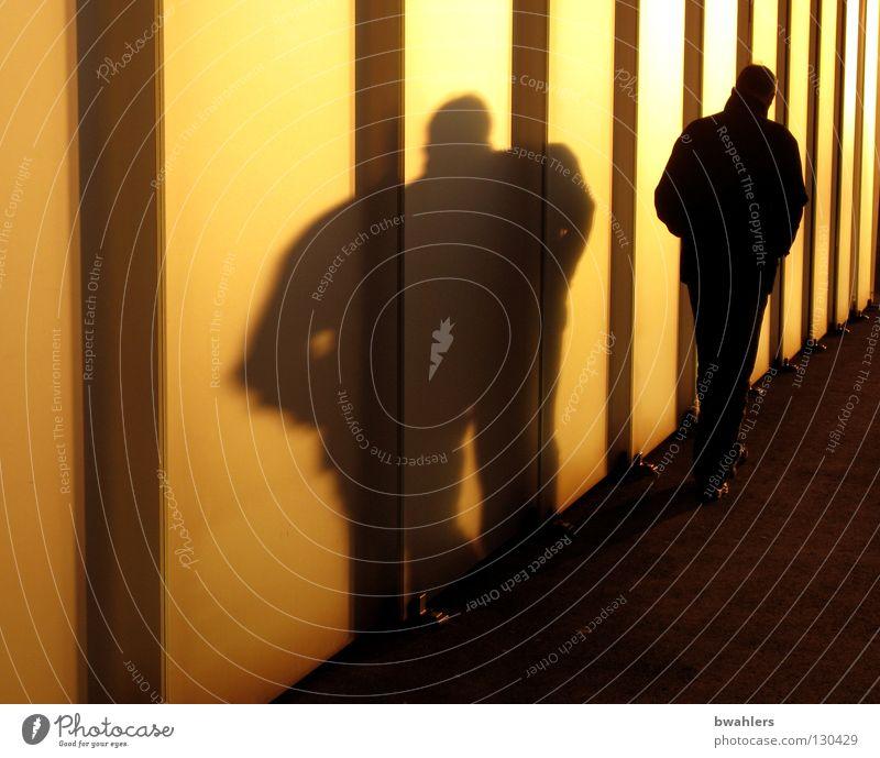 Schattenmann 2 Mann Stadt Haus gelb Wand Wege & Pfade Lampe Glas gehen modern dick Museum Gewächshaus breit Himmelskörper & Weltall Bodensee