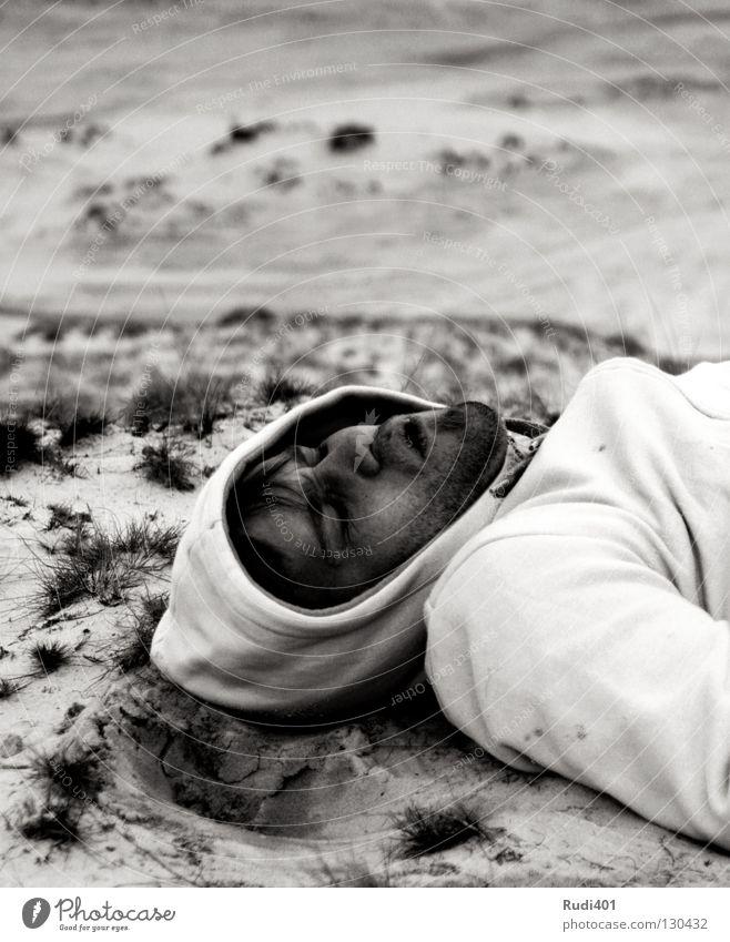 k.o. Knockout schwarz weiß ruhen Pause atmen kalt geschlossene Augen Pullover Bart Mann Schwarzweißfoto Erde Sand liegen dühne Kopf Kapuze Bergbau Wüste