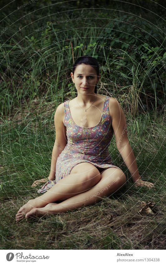 Naturschönheit Ausflug Sommerurlaub Junge Frau Jugendliche Körper Beine 18-30 Jahre Erwachsene Pflanze Schönes Wetter Sträucher Wald Sommerkleid Barfuß