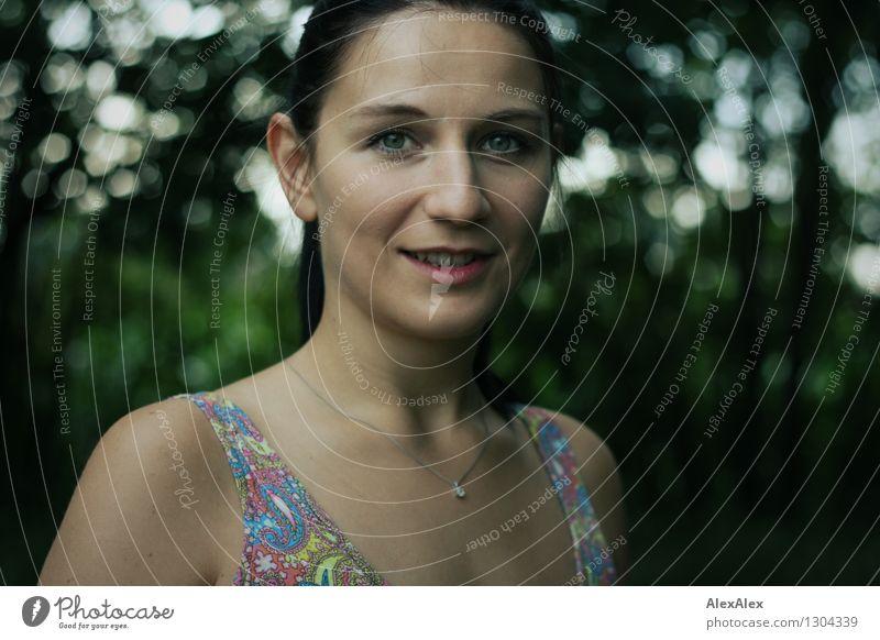 Lächeln Natur Jugendliche Pflanze schön Junge Frau Freude 18-30 Jahre Wald Gesicht Erwachsene feminin Glück Freizeit & Hobby Idylle Fröhlichkeit ästhetisch