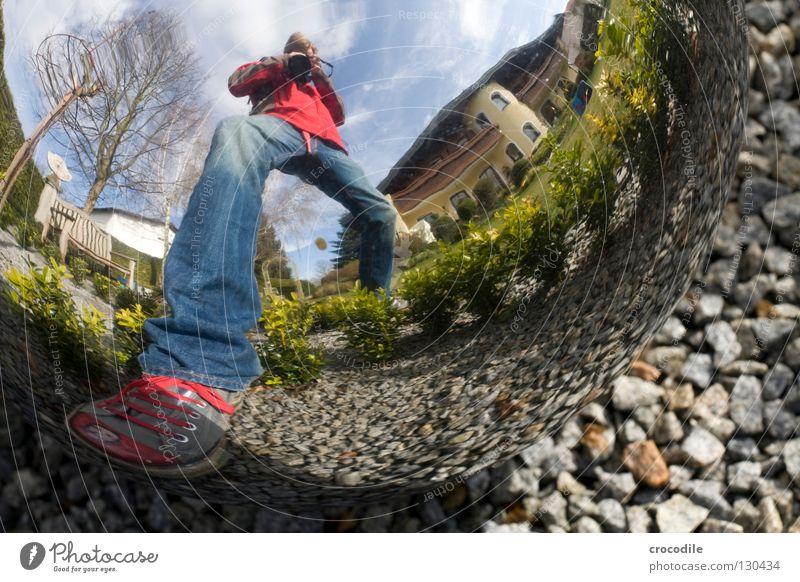 long foot Mensch Mann Himmel Baum Haus Wolken Garten Schuhe Jeanshose Bank Dekoration & Verzierung Kugel Jacke Chucks Fotograf Säule