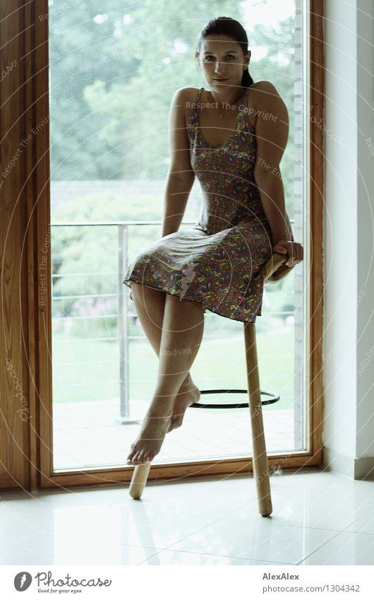 4 Hocker Balkon Fenster Junge Frau Jugendliche Körper 18-30 Jahre Erwachsene Sommerkleid Barfuß schwarzhaarig langhaarig sitzen warten ästhetisch sportlich