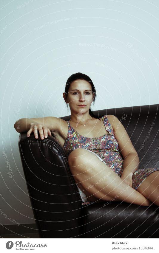 na warte Wohnung Möbel Sofa Junge Frau Jugendliche Gesicht Beine 18-30 Jahre Erwachsene Sommerkleid sitzen warten ästhetisch sportlich authentisch einzigartig