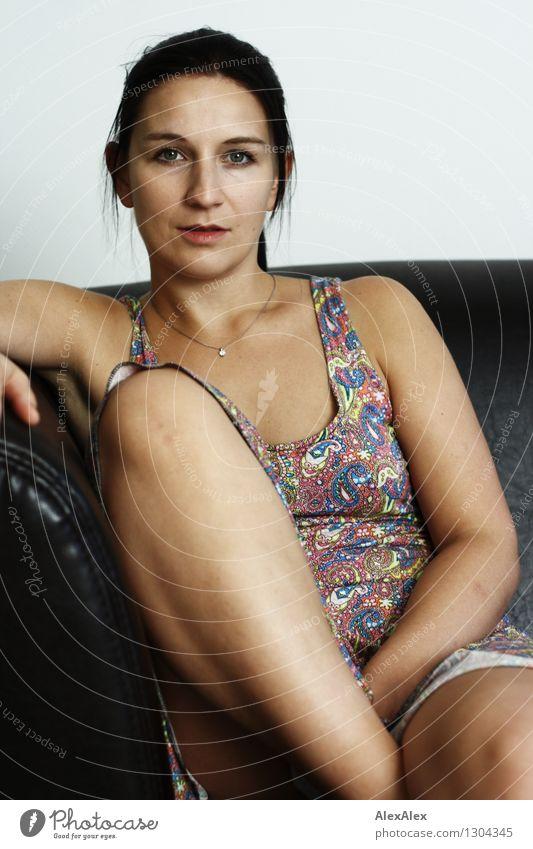 Agata Junge Frau Jugendliche Gesicht Beine 18-30 Jahre Erwachsene Sommerkleid Schmuck schwarzhaarig langhaarig Sofa beobachten sitzen ästhetisch sportlich