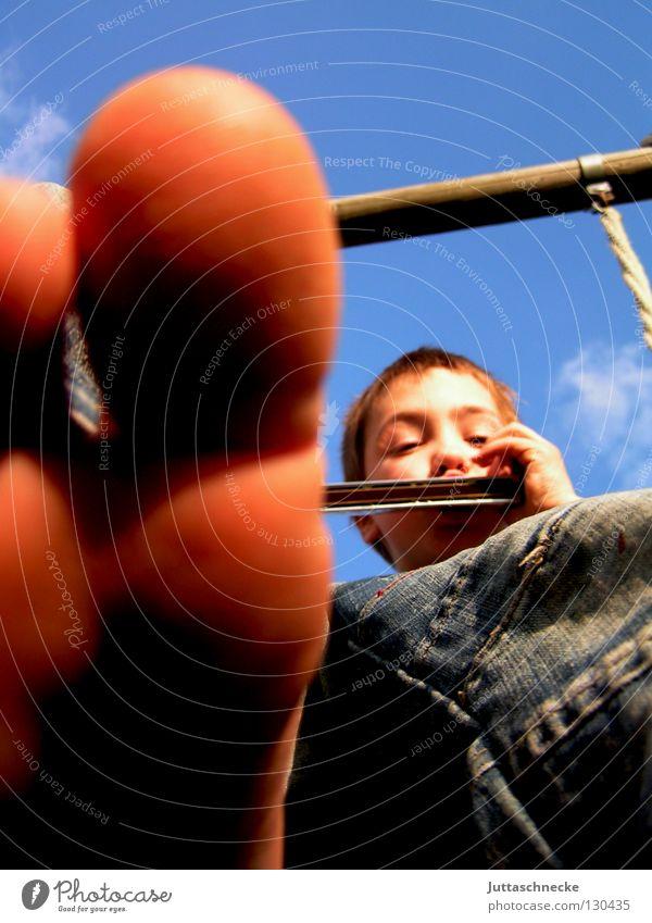 Riech mal Zehen Junge Kind Spielen Musiker Schaukel genießen Lebensfreude musizieren Freude Fuß Käsefüße Mundharmonika Harmonika Juttaschnecke blau frei