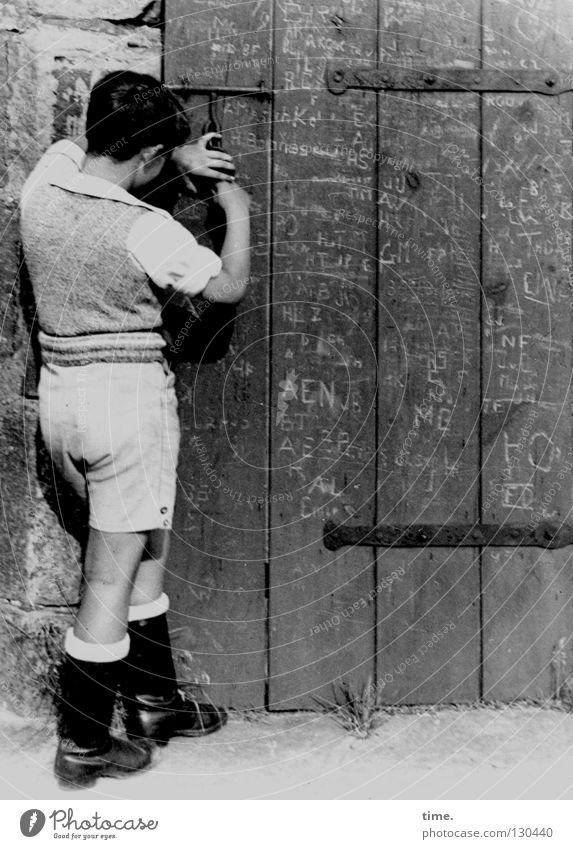 Lebenslinien #05 alt Information historisch Langeweile Eisen Shorts Messer Tür altmodisch Vorhängeschloss Riegel Kritzelei Scharnier schnitzen Holztür