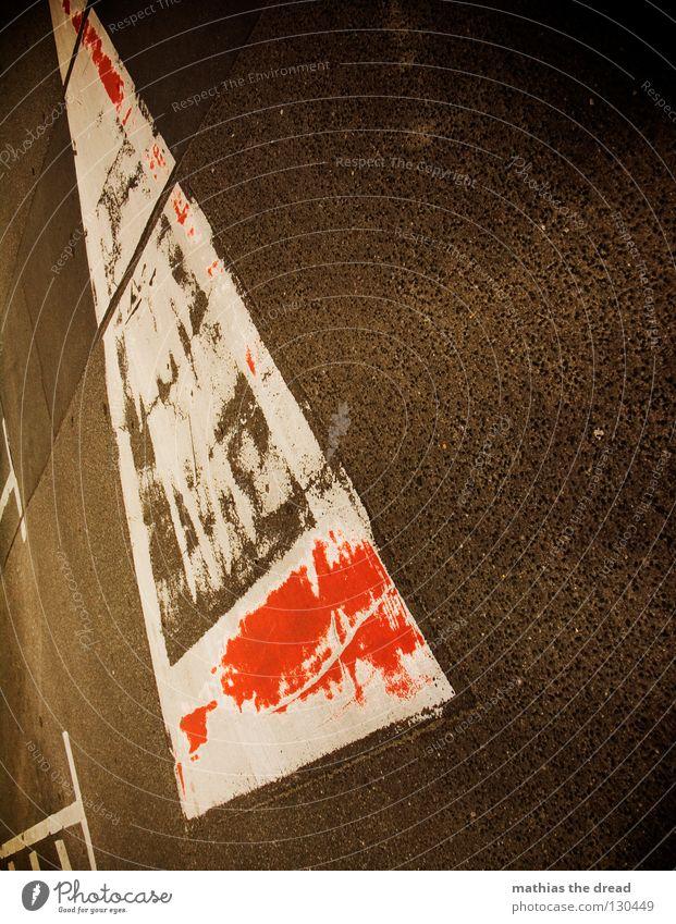 TRIANGLE Straßenverkehr Bodenbelag Asphalt Pore Teer Untergrund Fahrbahn kalt unfreundlich Physik Dämmerung Sonnenstrahlen Bodenmarkierung Dreieck rot weiß