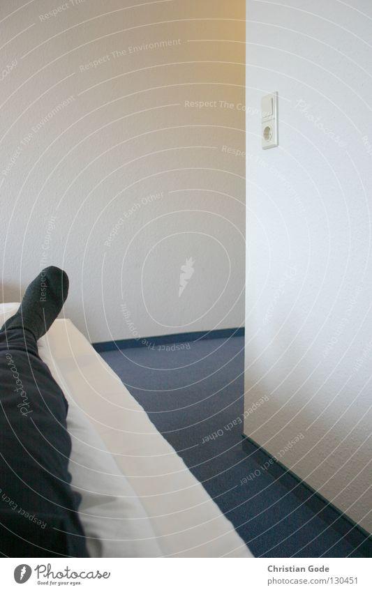 Mittagsschlaf Mann blau weiß Ferien & Urlaub & Reisen schwarz Erholung gelb Wand klein Wärme Mauer Beine Fuß Raum Ausflug Ordnung