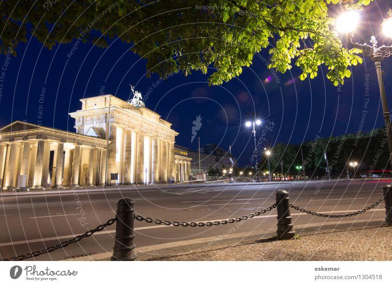 Berlin Brandenburger Tor Deutschland Stadt Hauptstadt Stadtzentrum Menschenleer Platz Bauwerk Gebäude Architektur Sehenswürdigkeit Wahrzeichen Denkmal Straße
