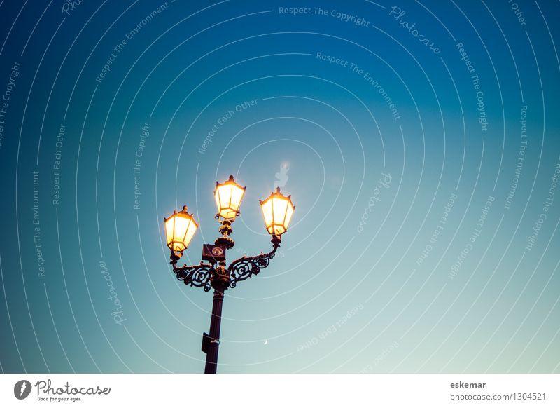 Laterne Himmel Stadt alt blau Beleuchtung Berlin leuchten Textfreiraum ästhetisch authentisch einfach Straßenbeleuchtung Wolkenloser Himmel Mond Nostalgie