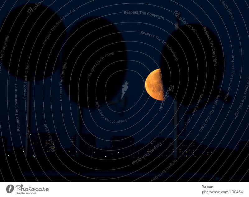 When the moon is in the 7th house Mond Halbmond Satellit Schalen & Schüsseln Satellitenantenne Schweden Stockholm Södermalm Nacht dunkel Langzeitbelichtung