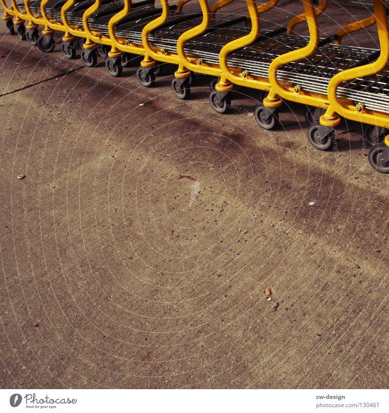 ICH BIN SO VOLL... gelb Farbe Erholung Tod grau Bewegung Metall warten glänzend nass Beton liegen leer trist stehen Güterverkehr & Logistik