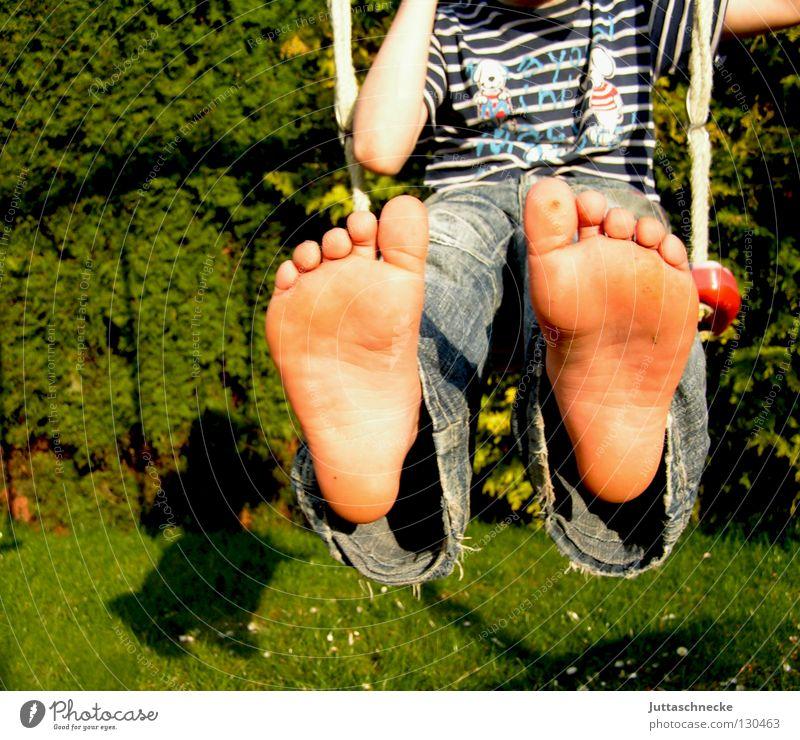 Zeigt her eure Füße.... Kind blau Freude Spielen Freiheit Junge Fuß frei Jeanshose Lebensfreude genießen Schaukel Zehen Schuhe Schuhsohle Fußsohle
