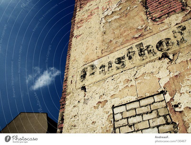 Gasthof Gastronomie Restaurant Ruine Fassade Putz Wand verfallen Mauer geschlossen Gemäuer Lokal Cottbus Rauchen verboten Werbung Verfall bröckelnde fassade