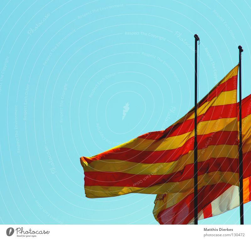 Fahnen Fahnenmast grün rot gelb gestreift quer Streifen vertikal Wind Symbole & Metaphern Barcelona Spanien Patriotismus Heimat Katalonien Strand Präsentation