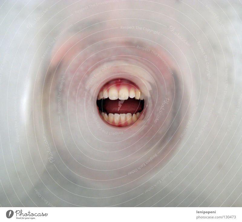 ...eine Durchsage! Tunnel Richtung Zahnfleisch rund Porträt verrückt Megaphon laut Stimme sprechen hören Lautsprecher Kommunizieren Mund Glas Flucht Zunge