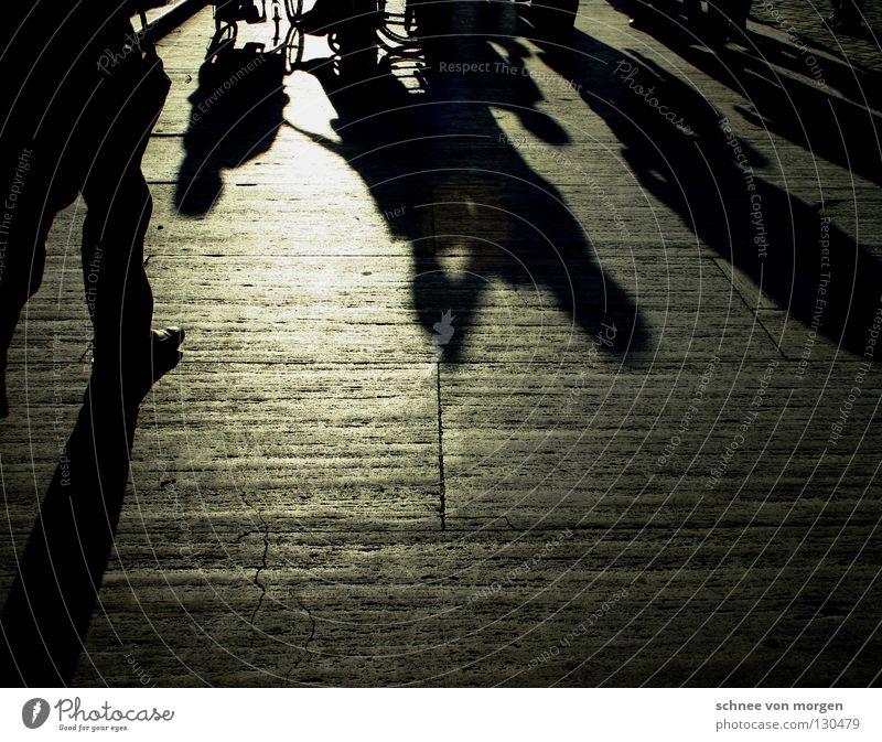 menschliches gewirr Mensch Italien schwarz weiß dunkel Physik gehen Wege & Pfade Publikum ruhig Kulisse Bühnenbild Tourist Rollstuhl Mann Licht hell