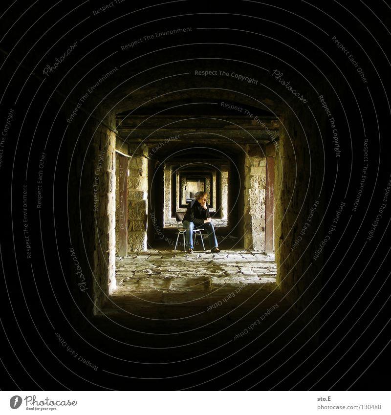 U Kerl Mann maskulin Körperhaltung stehen dunkel Keller tief Licht Ferne Mauer Wand Verfall historisch Muster schwarz gelb Quadrat Sitzgelegenheit Hose