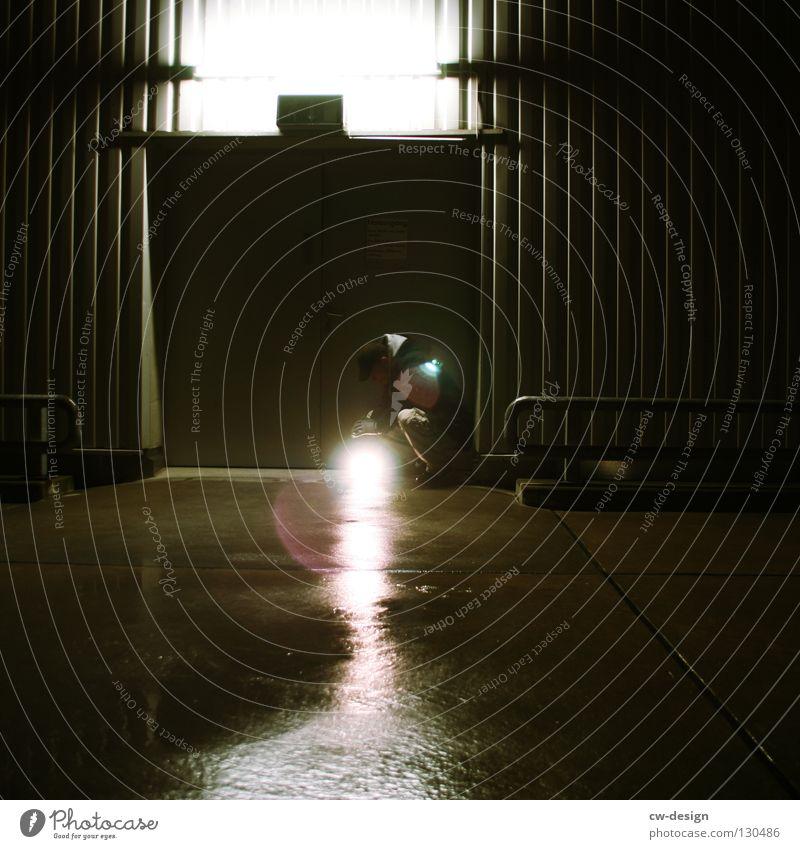 dark | enlightenment III Mensch Freude Ferne Winter dunkel schwarz kalt Traurigkeit Herbst Beleuchtung Kunst Lampe oben Metall springen Design