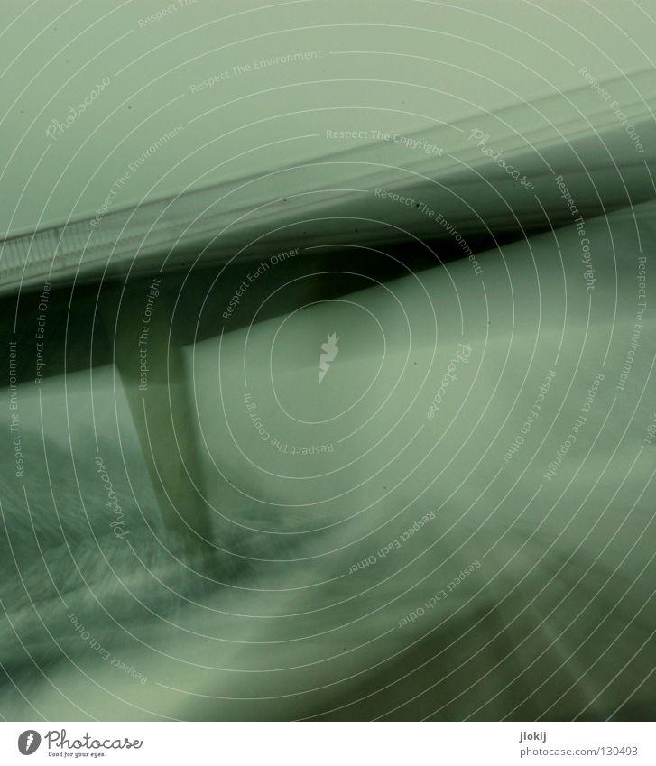 Schnellstraße fahren Windschutzscheibe Geschwindigkeit Beton Stahl Autobahn Asphalt Winter Jahreszeiten Säule Baum Schneesturm Langzeitbelichtung wackelig