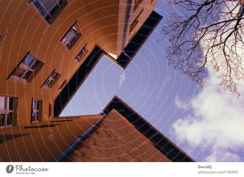just around the corner Himmel blau gelb Fenster Linie Wohnung Fassade hoch Ecke Häusliches Leben Dach Teile u. Stücke Bauernhof Etage aufwärts Geometrie