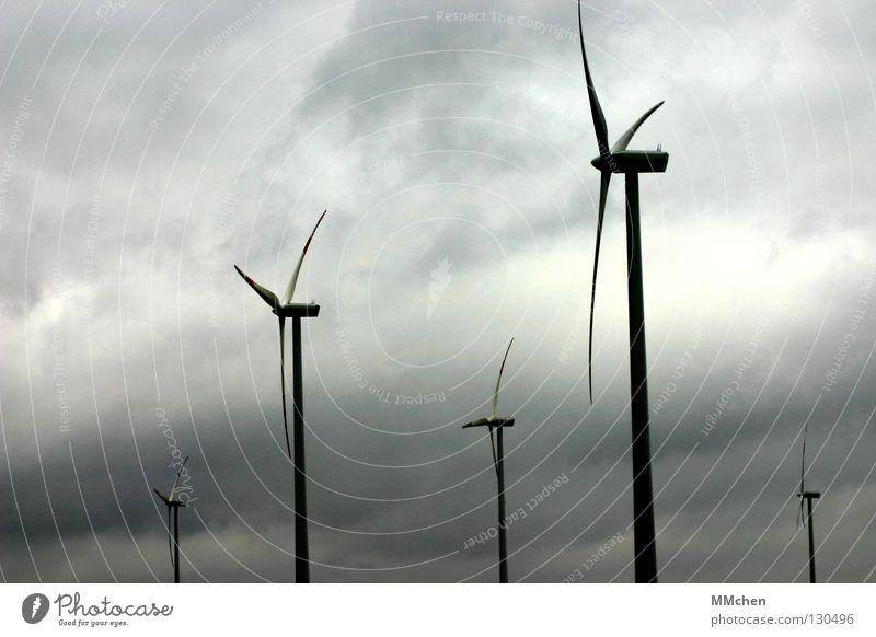 Im Wind Himmel Wolken grau Luft Kraft Energiewirtschaft Elektrizität Luftverkehr Technik & Technologie Windkraftanlage drehen Schwung Drehung luftig Mühle