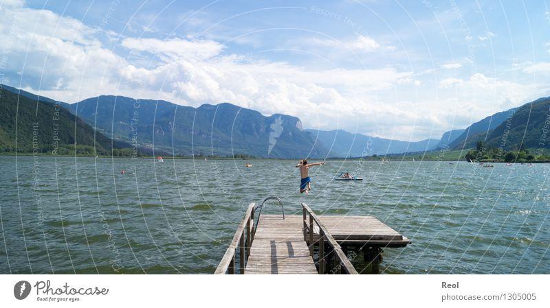 Sprung Mensch Himmel Natur Ferien & Urlaub & Reisen Jugendliche Sommer Wasser Sonne Junger Mann Landschaft Freude Ferne Strand Berge u. Gebirge Glück