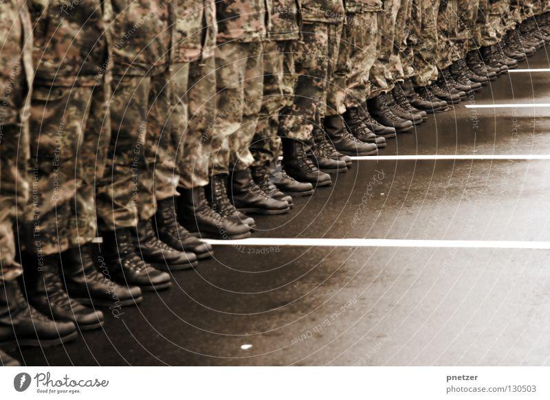 Stillgestanden Mann ruhig schwarz Bekleidung stehen Asphalt Stiefel Leder Fleck Tarnung Uniform Armee Politik & Staat Marionette gereinigt Öffentlicher Dienst