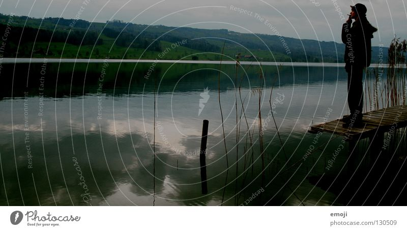 Feierabend Himmel Mann Natur Wasser Wolken Erholung dunkel kalt Herbst grau Stil See Stimmung Regen stehen Coolness