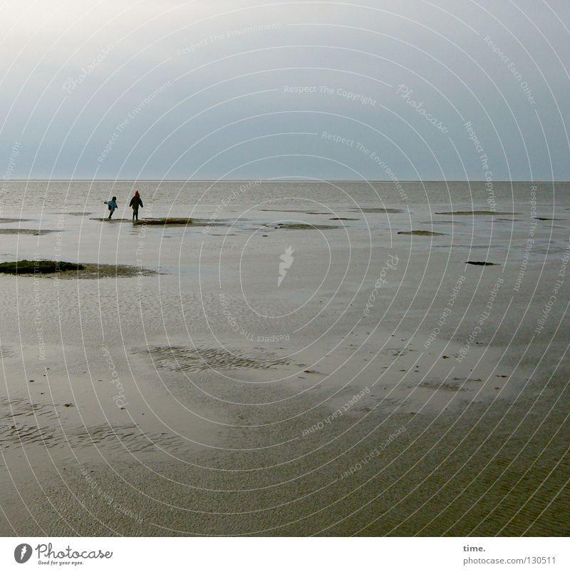 Muschelschubser (I) Meer Küste Kind Spielen Ferne toben Horizont Strand Suche Ferien & Urlaub & Reisen nass Hügel Furche Wellen Muster 2 Geschwister Wattenmeer