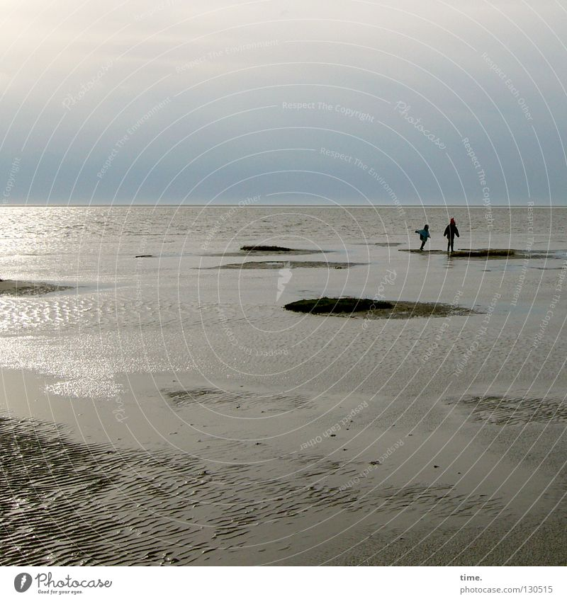 Muschelschubser (II) Meer Küste Kind Spielen Ferne toben Horizont Strand Suche Ferien & Urlaub & Reisen nass Hügel Furche Wellen Muster 2 Geschwister Wattenmeer