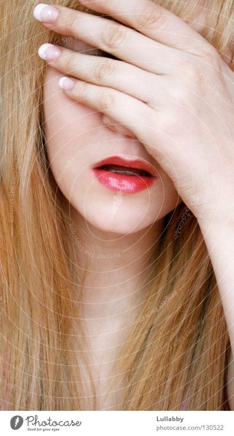 du siehst mich nicht Lippen Hand Fingernagel blond Frau Jugendliche Mund Dame bleich