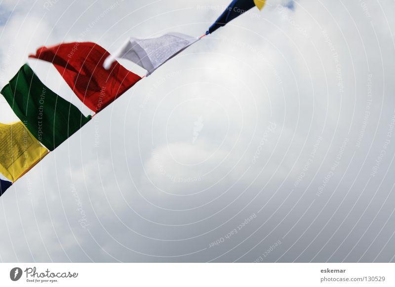 tibetische Gebetsfahnen Tibet Fahne flattern Buddhismus Buddha Religion & Glaube Osten schlechtes Wetter Wolken Bewegung mehrfarbig rot grün gelb weiß Wind