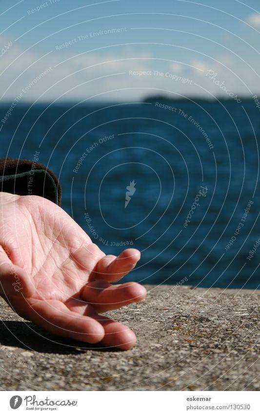 entspannt Mann Hand Wasser schön Himmel Meer blau Sommer Freude Erholung Bewegung Mauer See Zufriedenheit maskulin Finger