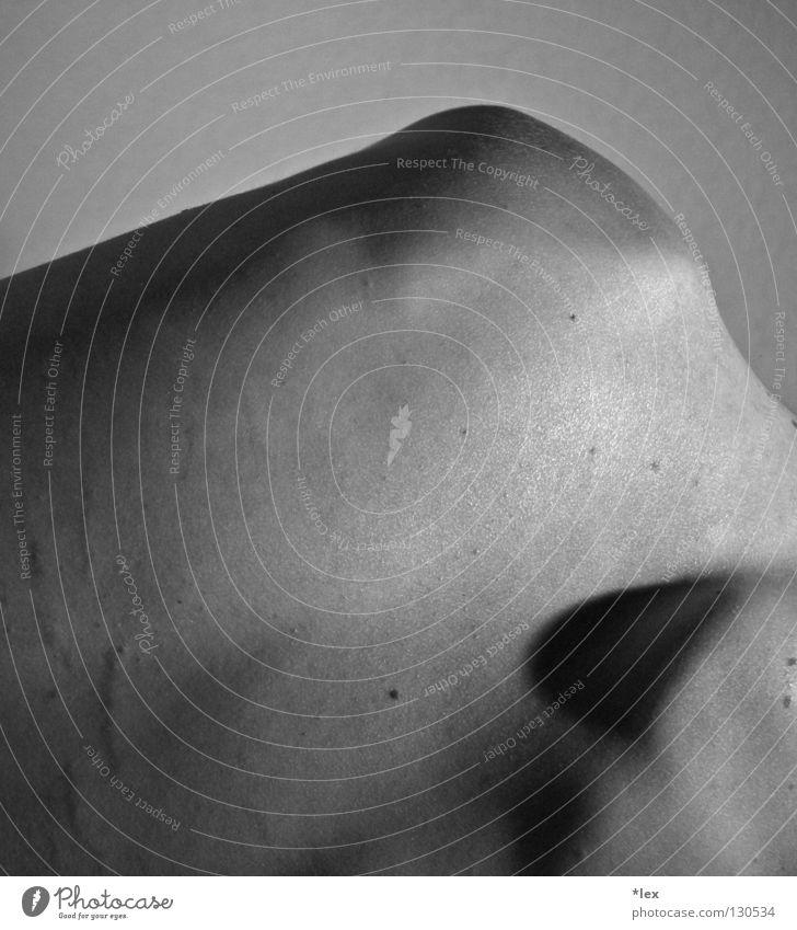 skin nackt Mann Oberkörper Schulter dünn Wegsehen kalt zerbrechlich Vertrauen Rücken Schwarzweißfoto Schatten Körper Narbe Haut Strukturen & Formen Mensch