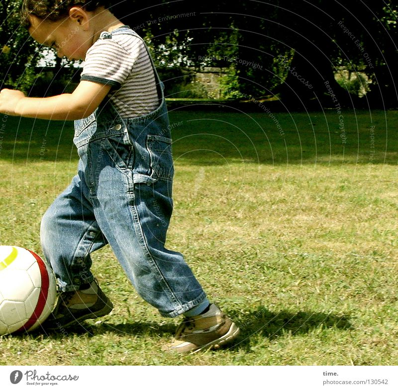 Pampers-Liga / Ballführung Kind Baum Freude Wiese Junge Spielen Zufriedenheit Arme Fußball Ball Spielzeug Konzentration Leidenschaft Richtung vorwärts üben