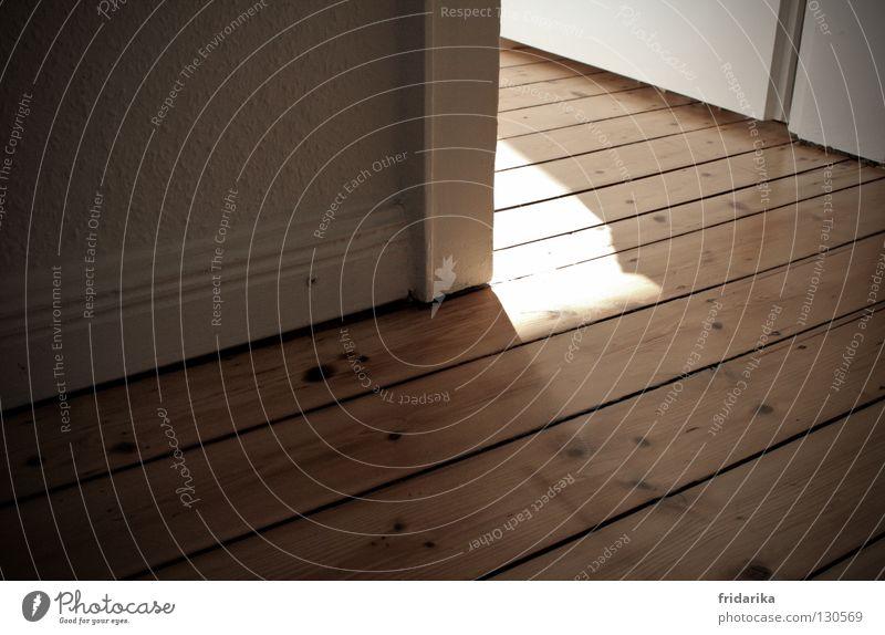um die ecke weiß Wand Holz Wärme Linie braun Raum Tür Fröhlichkeit Ecke offen Flur Schönes Wetter beige Willkommen Holzfußboden