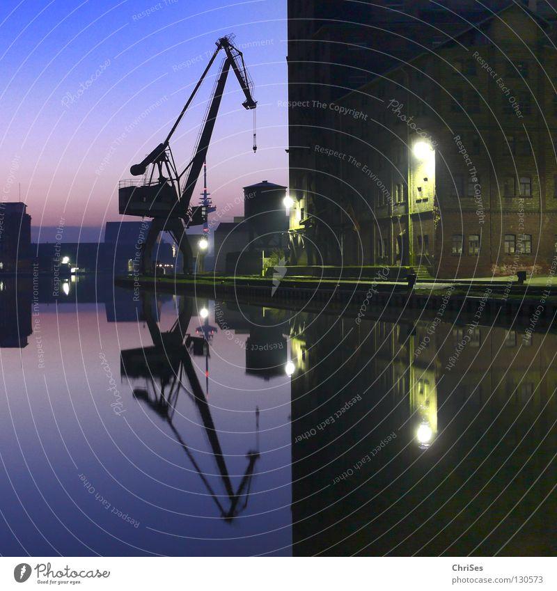 Morgens um 6.12 am Kreativkai, Stadthafen1 Wasser blau ruhig Arbeit & Erwerbstätigkeit Wasserfahrzeug Fluss Industriefotografie Hafen Spiegel Kran Renovieren Symmetrie Dachboden Windstille Abwasserkanal Altbau