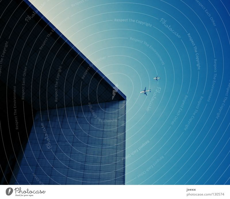 Überflieger Himmel blau Einsamkeit Gebäude Linie Arbeit & Erwerbstätigkeit Fassade hoch modern Erfolg Maske Denkmal Dienstleistungsgewerbe Reichtum Wahrzeichen