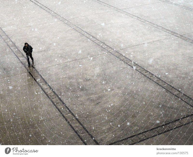 Gestöber Mann Platz Überqueren gehen Einsamkeit verloren Turbinenplatz Richtung Winter Schneefall Flocke grau weiß schwarz kalt frieren Stadt Verkehrswege