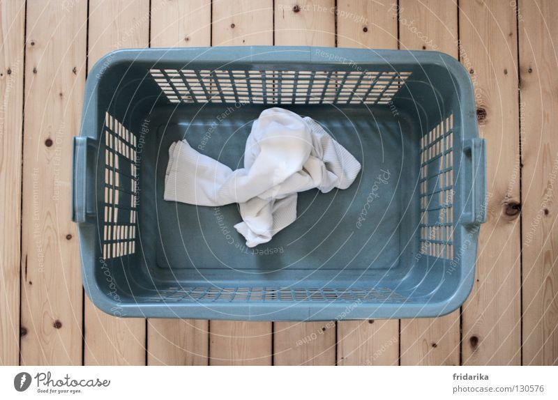 waschtag II Bekleidung Stoff Holz dreckig nass Sauberkeit trocken blau grau weiß rein Wäsche Wäschekorb Holzfußboden beige Haushalt Dielenboden Haushaltsführung