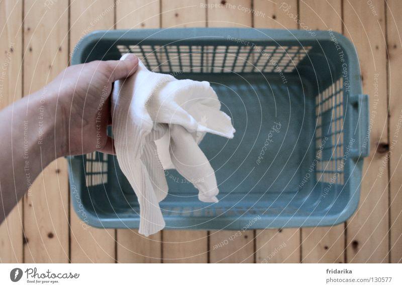 waschtag III Hand Bekleidung Stoff Holz festhalten nass Sauberkeit trocken blau grau weiß rein Wäsche Wäschekorb Holzfußboden beige loslassen Falte Haushalt